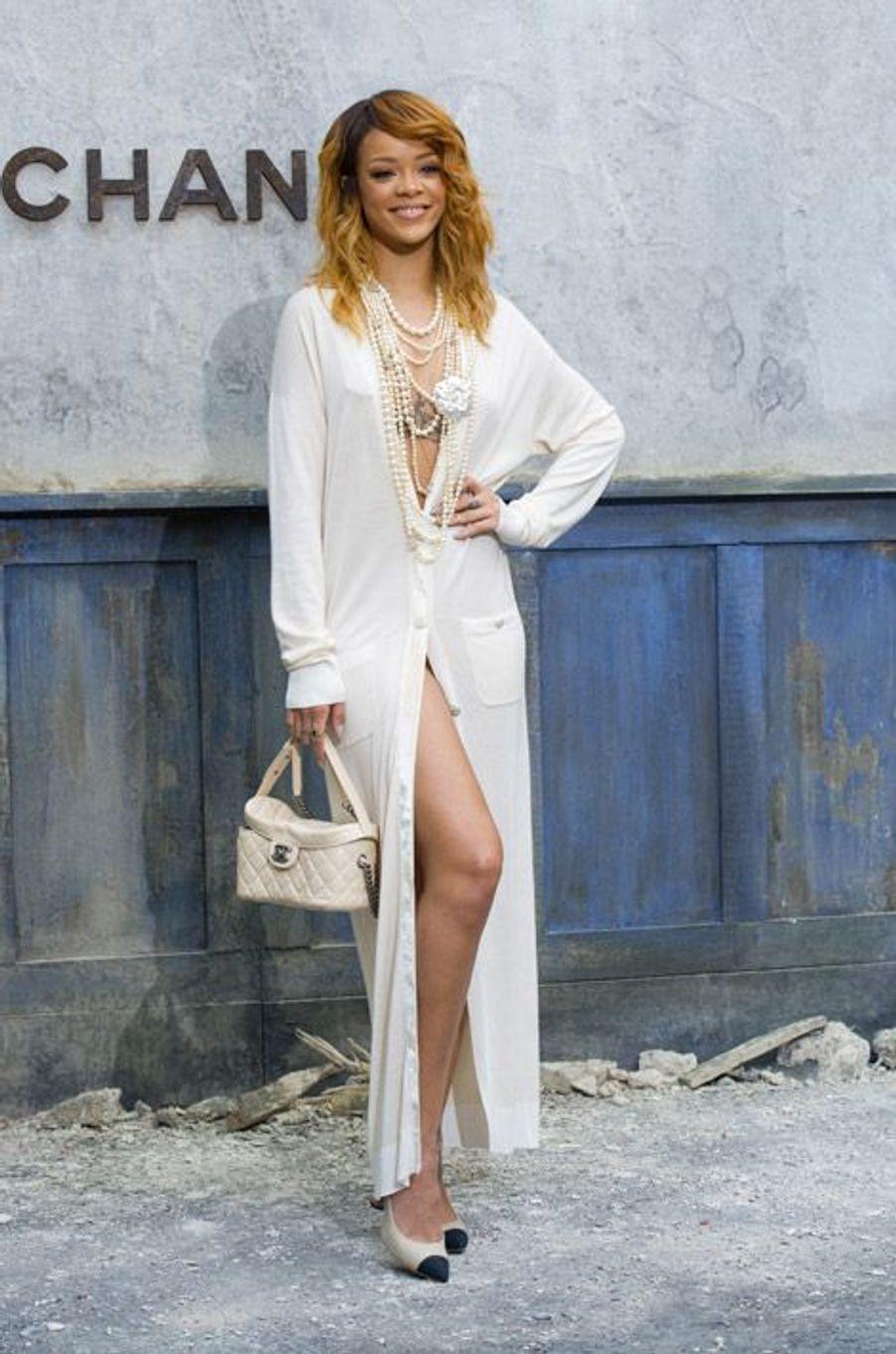 En Chanel pour le défilé de la marque, le 2 juillet 2013 à Paris
