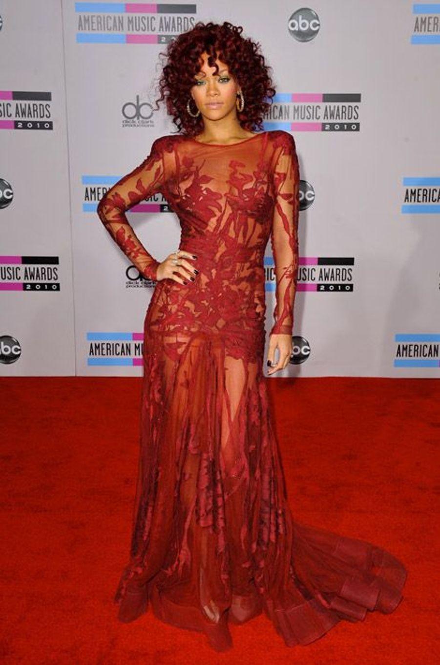 Tout en transparence pour les American Music Awards à Los Angeles, le 21 novembre 2010