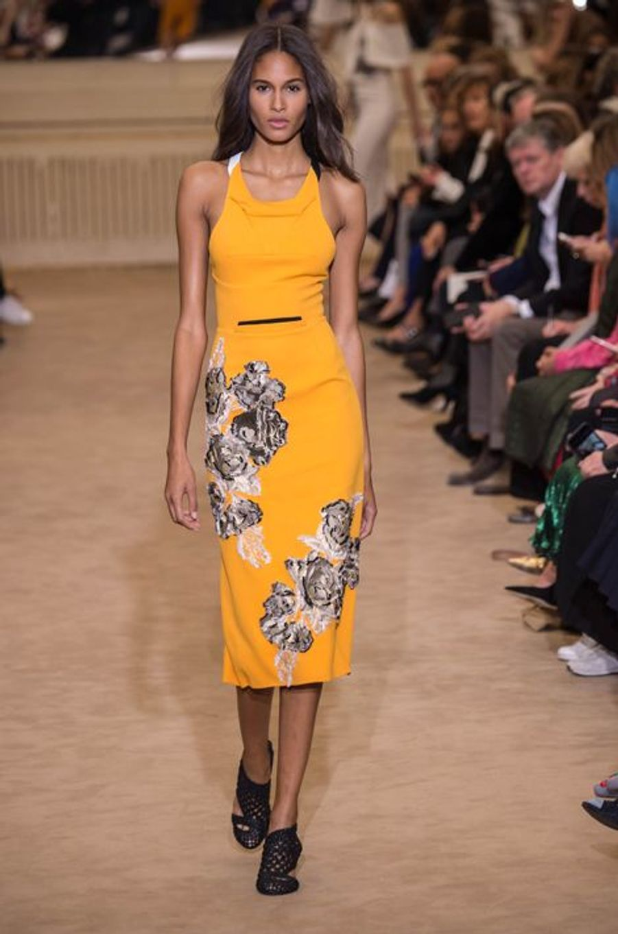 Roland Mouret célèbre sa Galaxy Dress pour la Fashion week de Paris