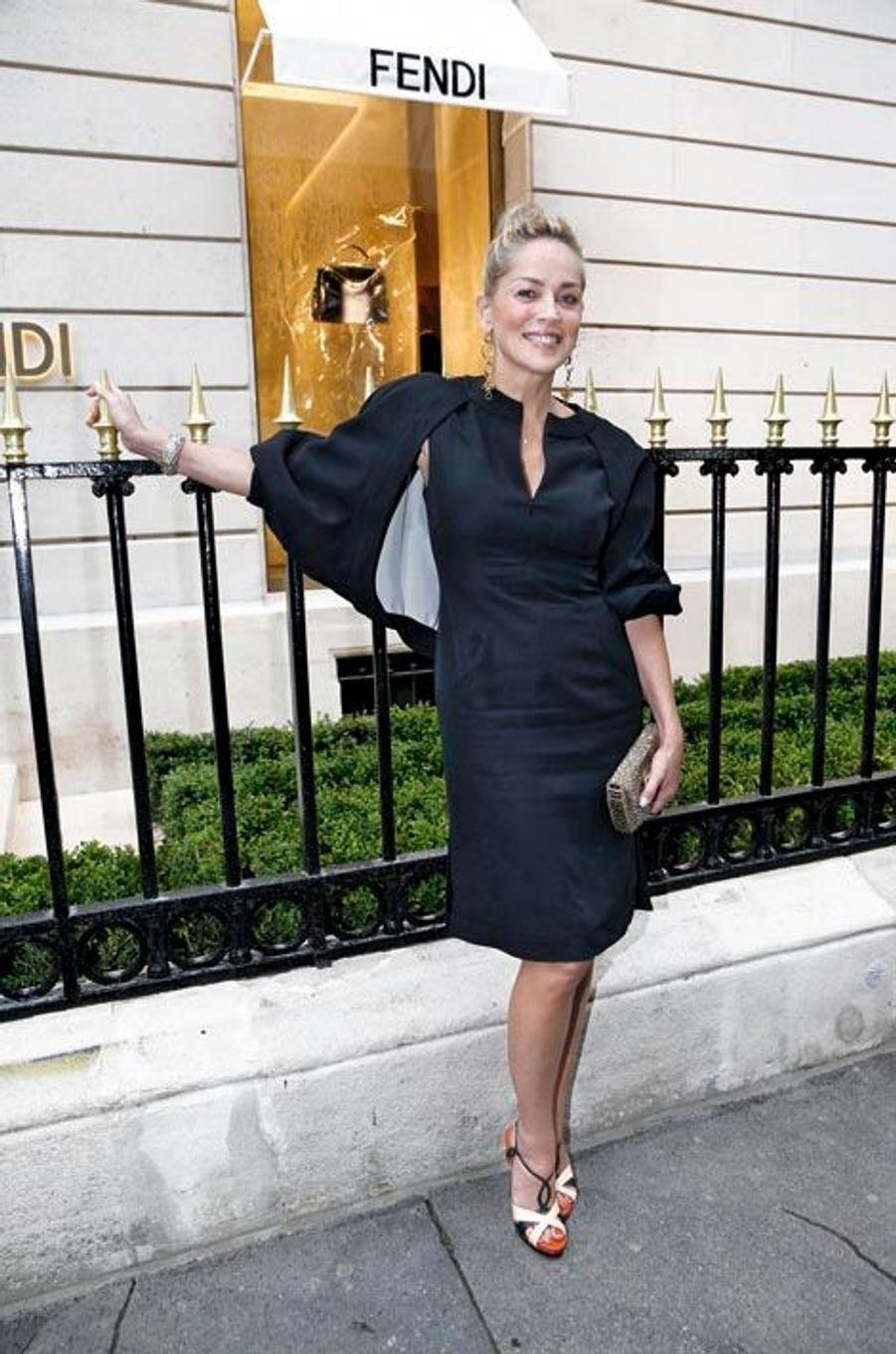« C'était mon rêve d'être un jour sur cette prestigieuse avenue », confiait Silvia Venturini Fendi en entrant dans les 600 mètres carrés du luxueux flagship, véritable écrin pour la haute fourrure la plus glam et la plus désinvolte du monde et pour des it bags planétaires. Après le cocktail où défilèrent stars – Sharon Stone venue par amitié –, actrices, top models et socialites, ces « beautiful people » allèrent « vernir » l'exposition des photos de Karl Lagerfeld intitulée « The Glory of Water », superbes images de fontaines romaines. Un court-métrage, réalisé en 1977 par Karl et son ami Jacques de Bascher, enchanta les invités par son insolence et sa modernité. Un dîner suivit, servi dans les jardins du Petit Palais, auquel assista Bernard Arnault en famille. L'inauguration de la boutique Fendi à Paris en vidéo