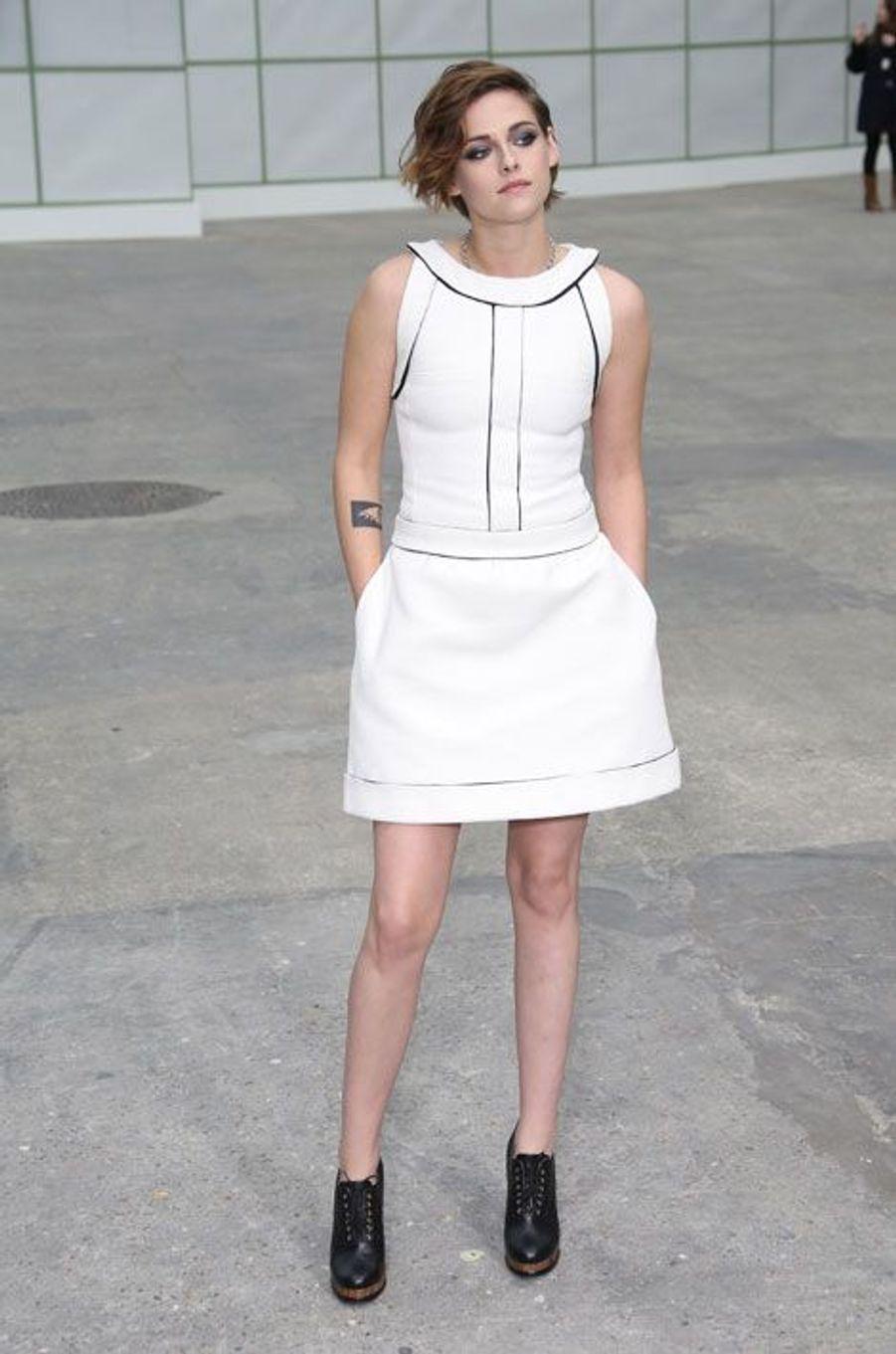 L'actrice américaine Kristen Stewart au défilé Chanel Haute Couture printemps-été 2015 à Paris, le 27 janvier