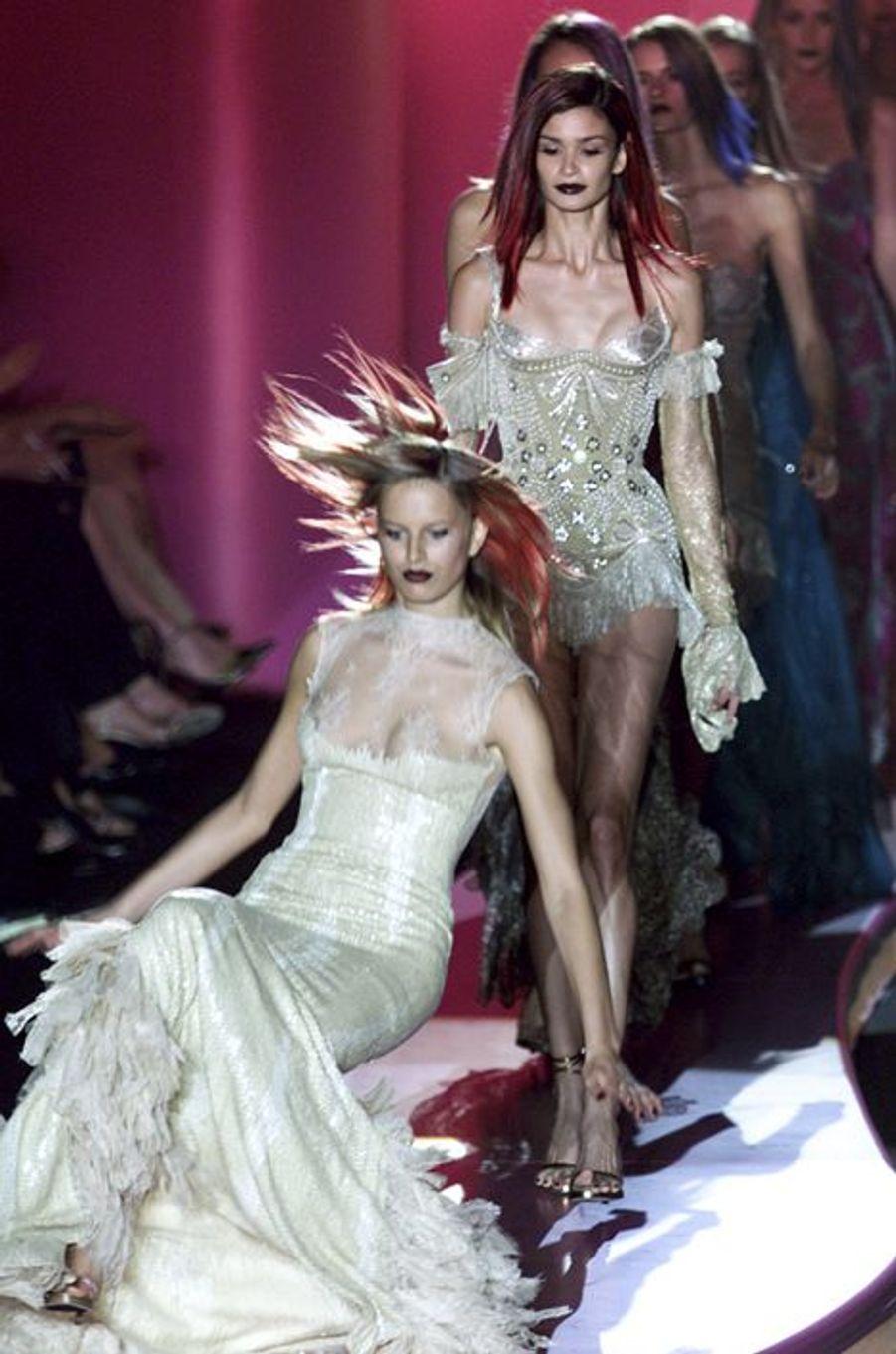 Pendant le défilé Versace à Paris, le 8 juillet 2002