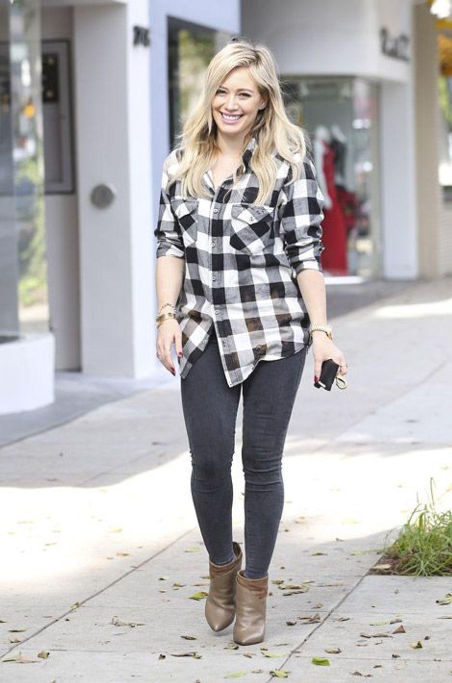 L'actrice Hilary duff dans les rues de Beverly hills, le 25 décembre 2014