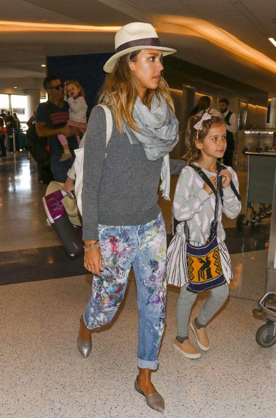 L'actrice Jessica Alba à l'aéroport de Los Angeles, le 26 décembre 2014