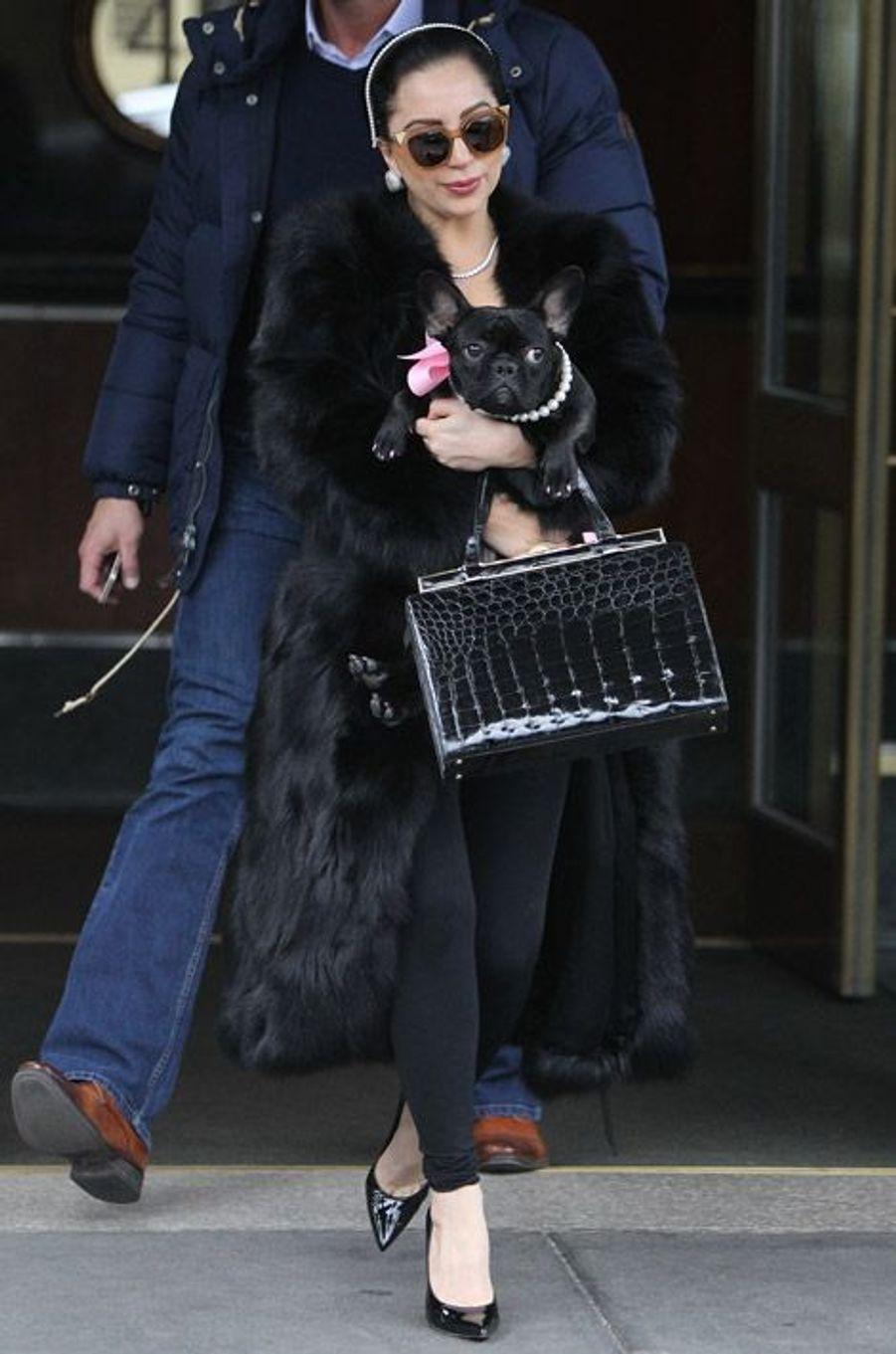 La chanteuse Lady Gaga à la sortie de son appartement de New York, le 22 décembre 2014