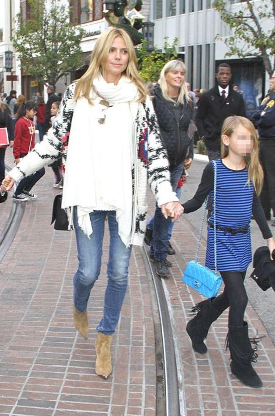 Le mannequin Heidi Klum dans les rues de Los Angeles avec ses enfants le 21 décembre 2014