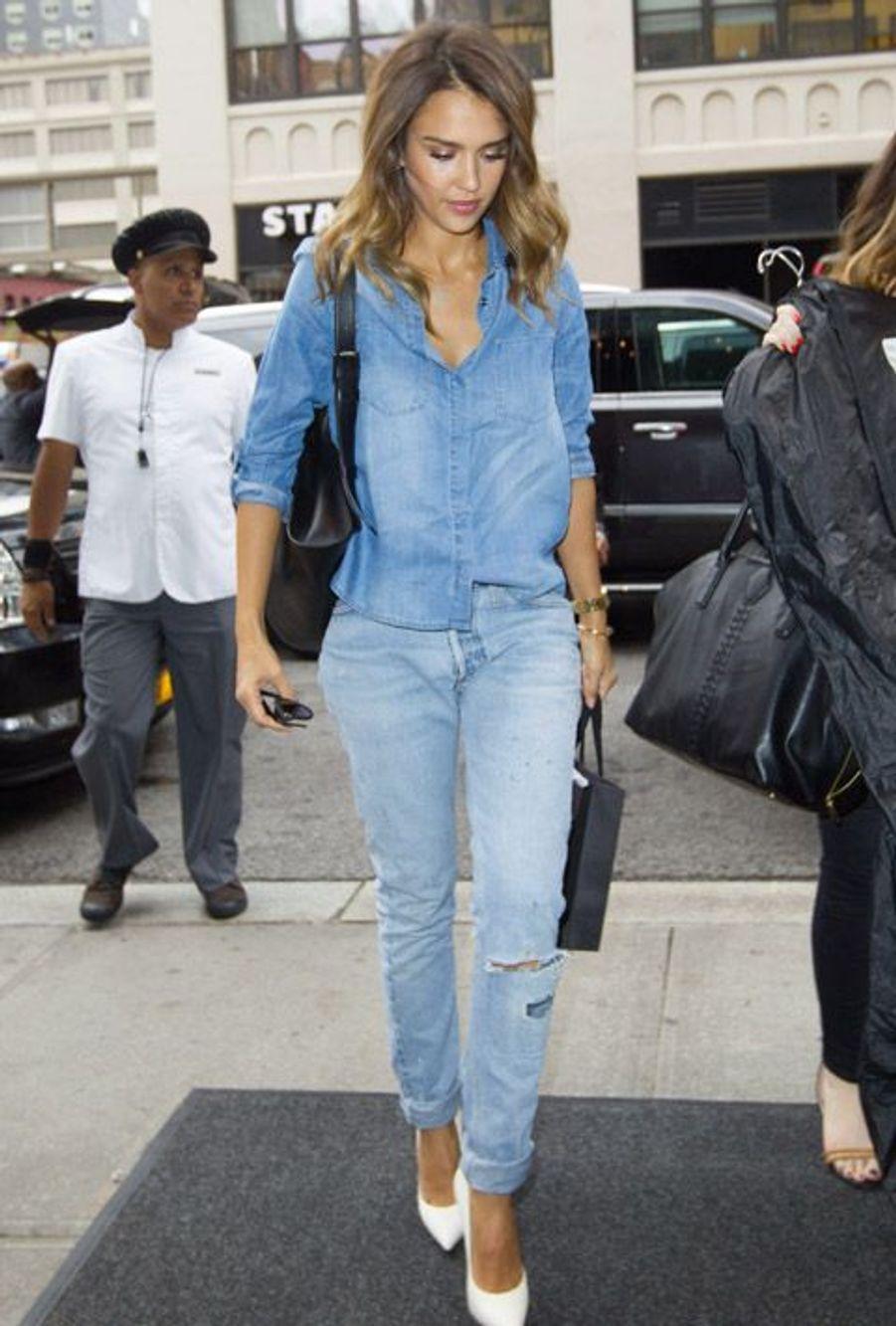 L'actrice Jessica Alba féminise son total look denim avec une paire d'escarpins clairs à New York, le 9 septembre 2014
