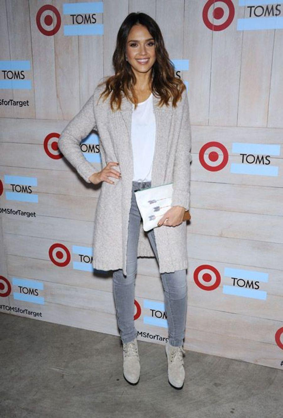 L'actrice Jessica Alba ose le jean sur tapis rouge le 12 novembre 2014 en Californie