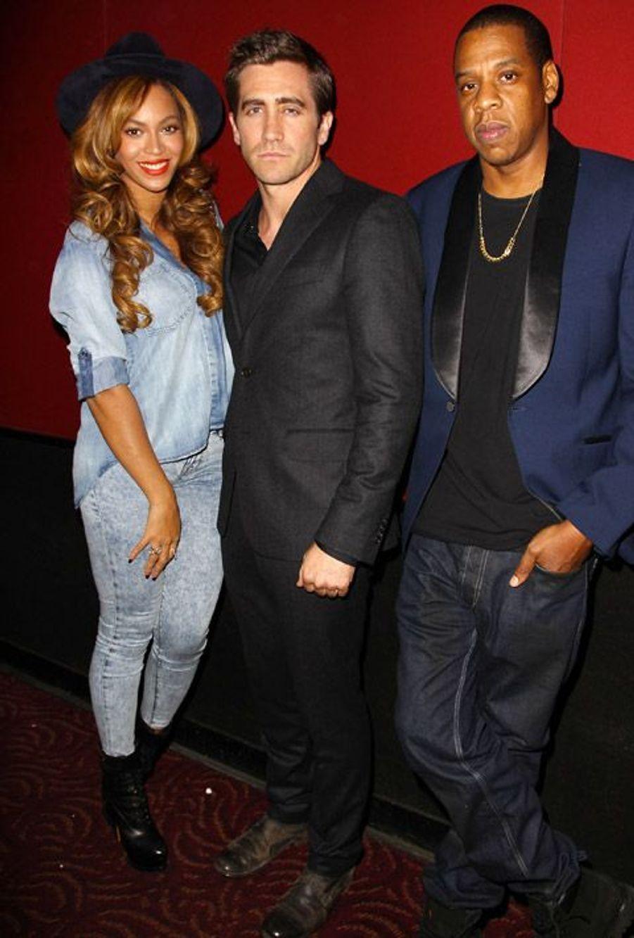 La chanteuse Beyoncé prend la pose avec son mari Jay-Z (à droite) et l'acteur Jake Gyllenhaal (au centre), le 27 octobre 2014 à New York pour une...
