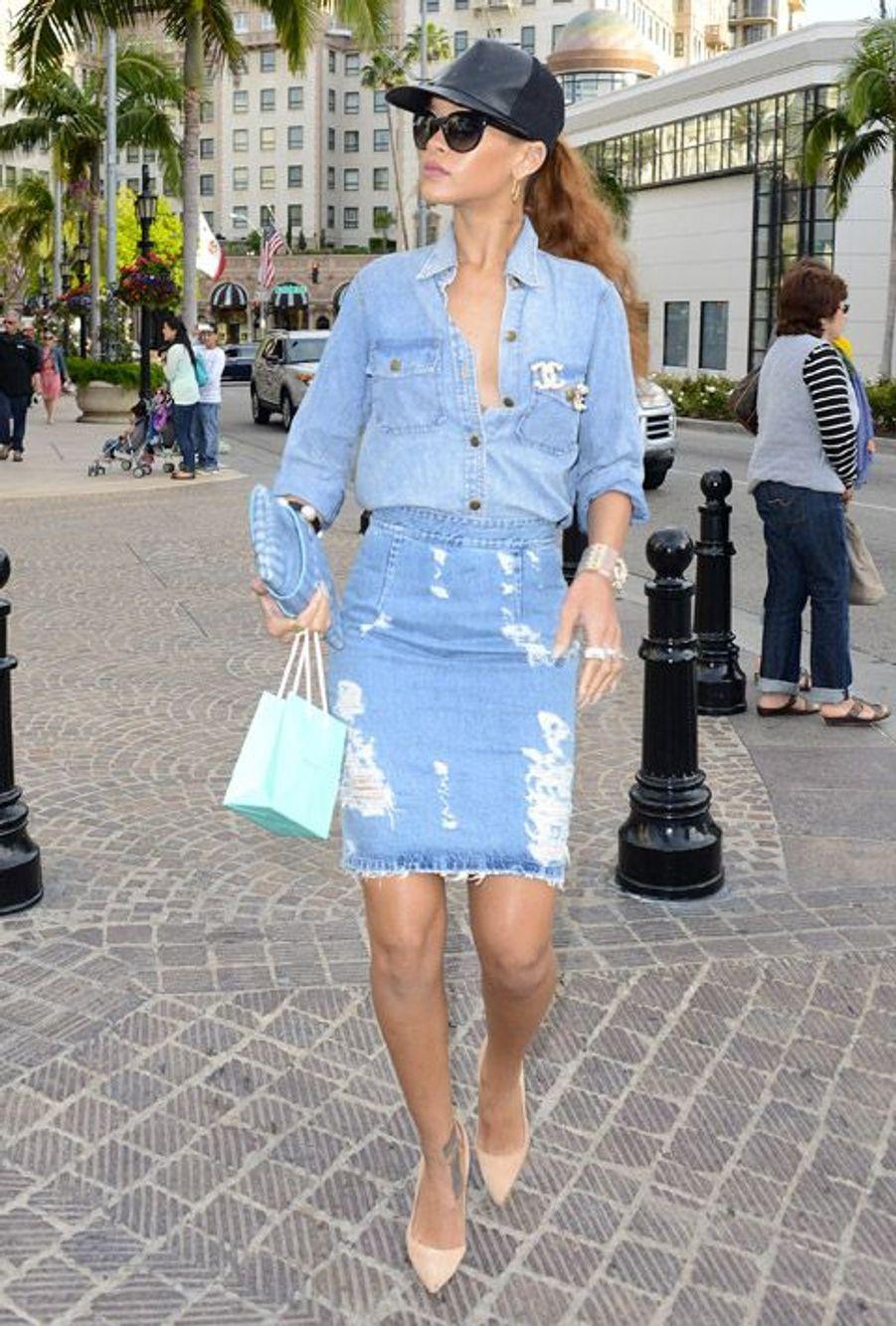 La chanteuse Rihanna opte pour un style denim en jupe et stilettos rose bonbon