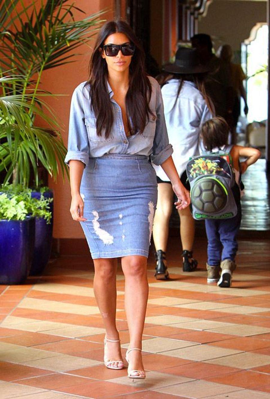 """La star de la télérélité américiane Kim Kardashian préfère une jupe droite à l'éternel """"blue jean"""", à Los Angeles, le 22 août 2014"""