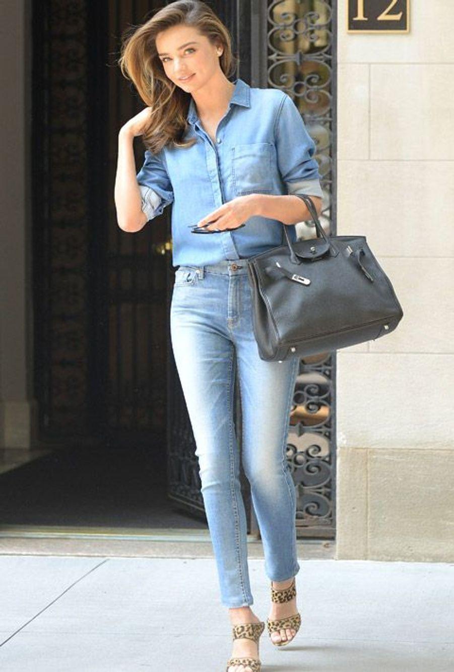 Le mannequin australien Miranda Kerr ultra féminine en total look denim à New York, le 21 juillet 2014