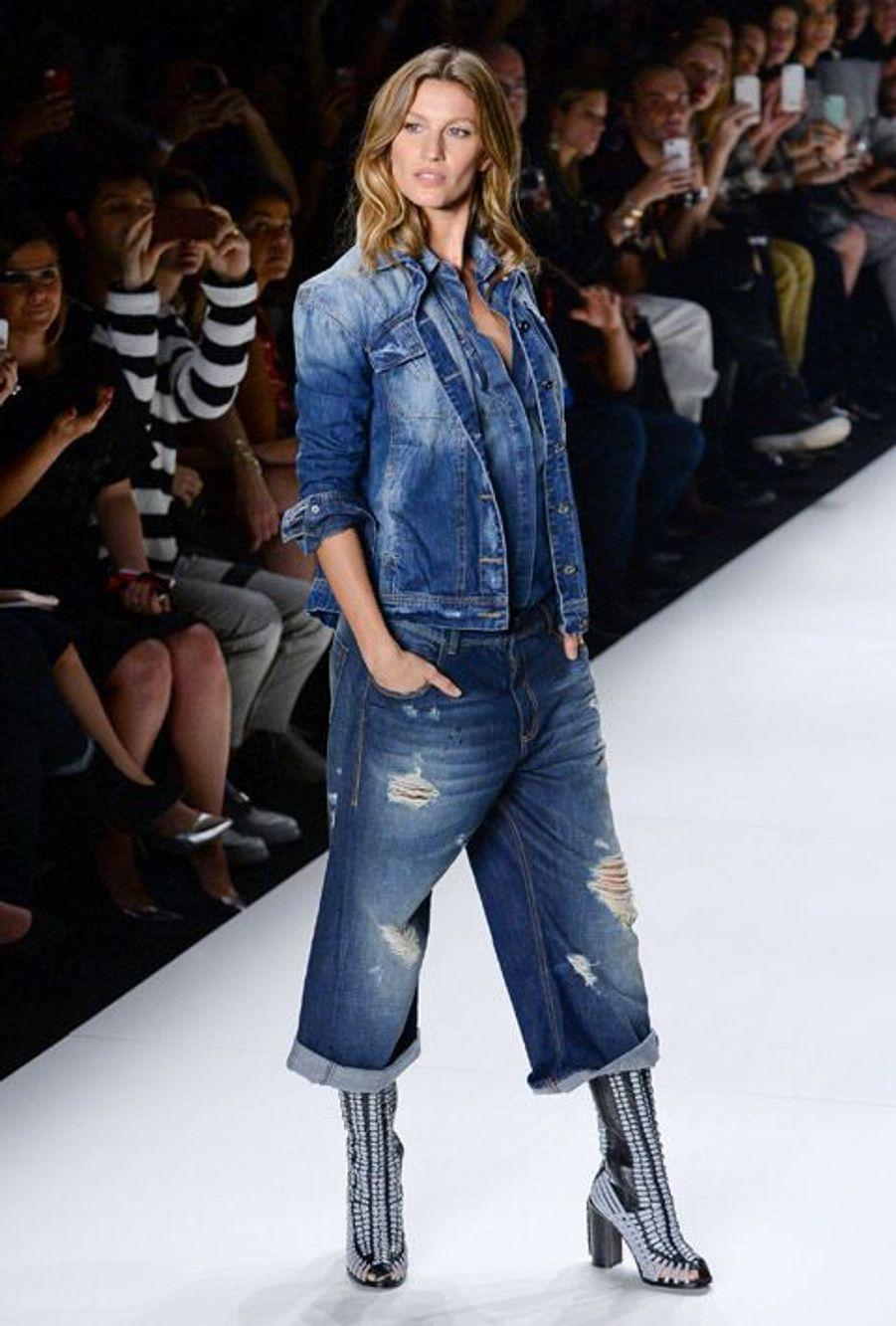 Le mannequin brésilien Gisele Bündchen défile pour une marque de jean à Sao Paulo, le 4 novembre 2014