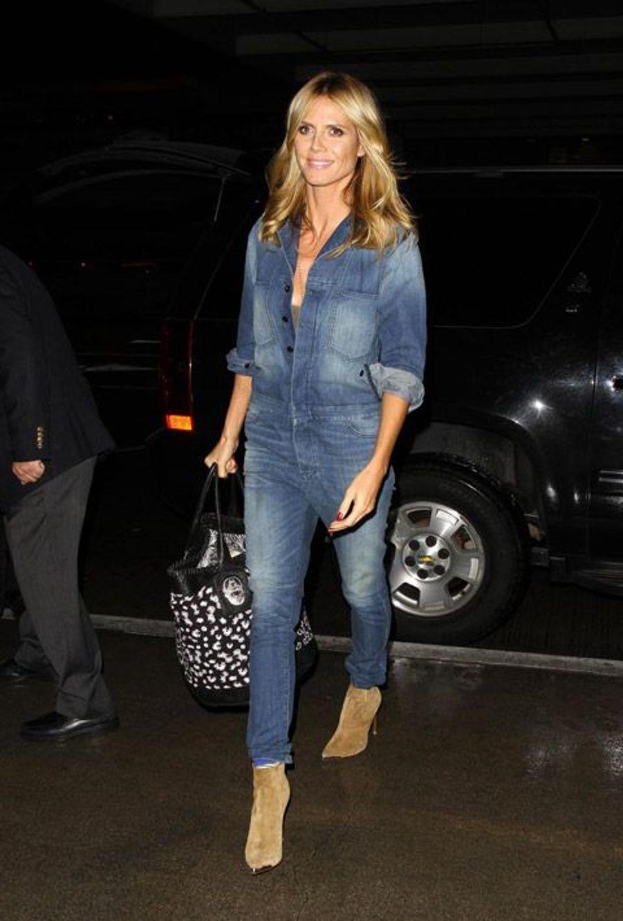 Le top-modèle Heidi Klum en combinaison en jean à l'aéroport de Los Angeles, le 3 décembre 2014