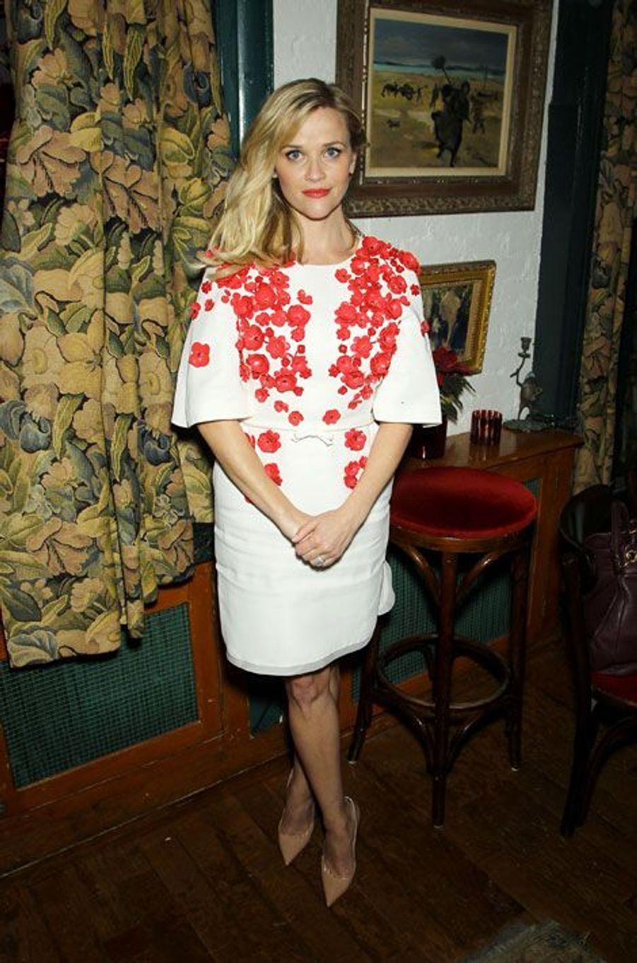 L'actrice Reese Witherspoon dans une robe blanche à coquelicots à new York, le 3 décembre 2014