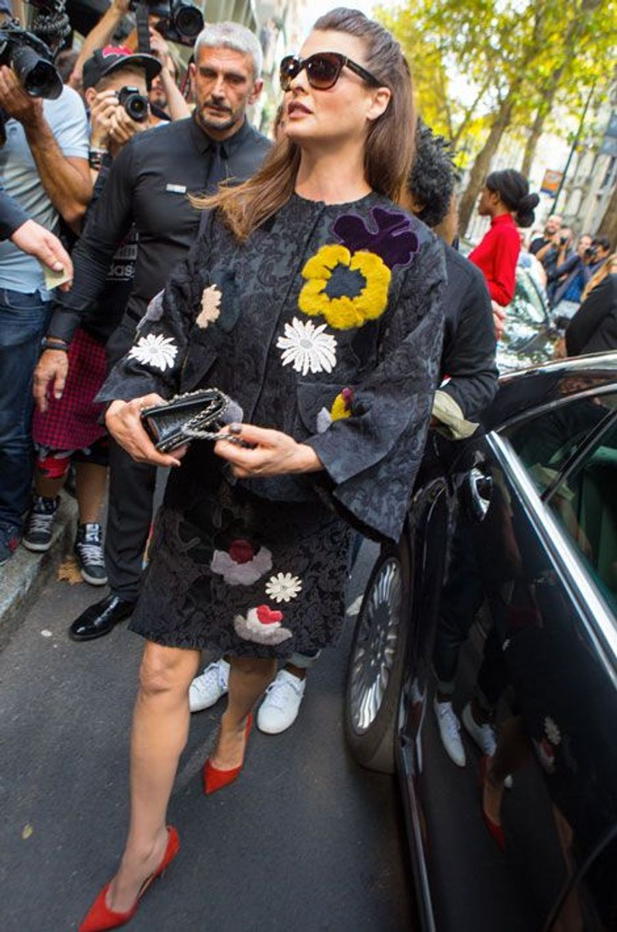 L'ancien top-modèle, Linda Evangelista en Dolce & Gabbana, pour le défilé de la marque à Milan, le 21 septembre 2014