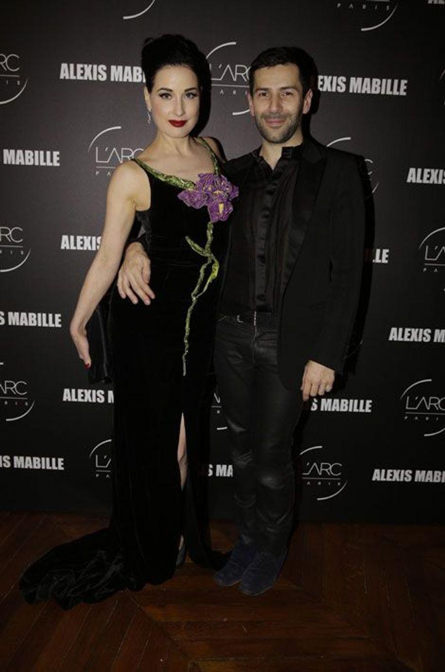 La pin-up Dita Von Teese avec le créateur français Alexis Mabille pour les 10 ans de sa griffe, à Paris, le 26 janvier 2015