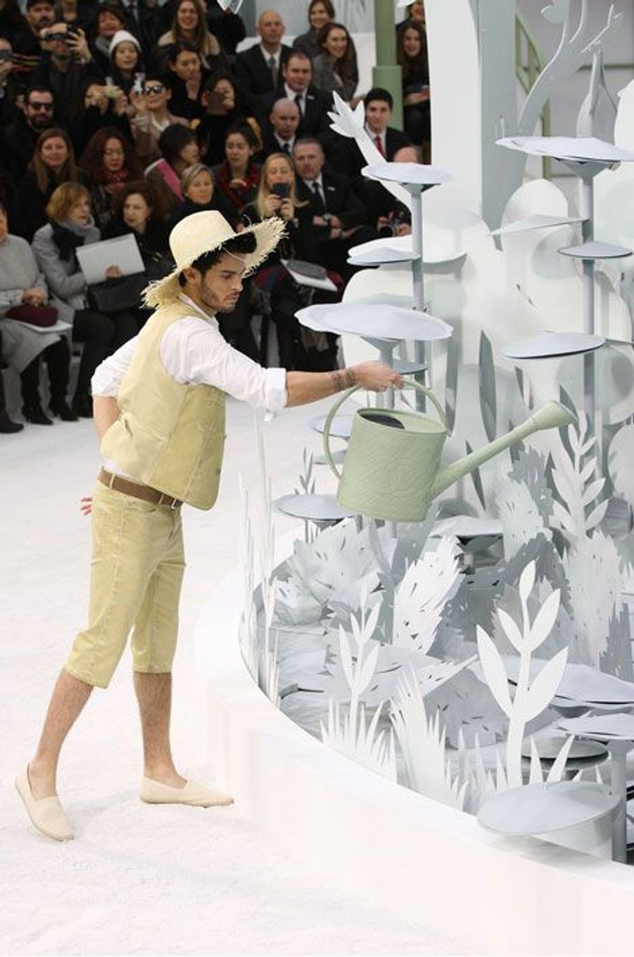 Le mannequin français Baptiste Giabiconi pendant le défilé Chanel Haute Couture printemps-été 2015 à Paris, le 27 janvier 2015