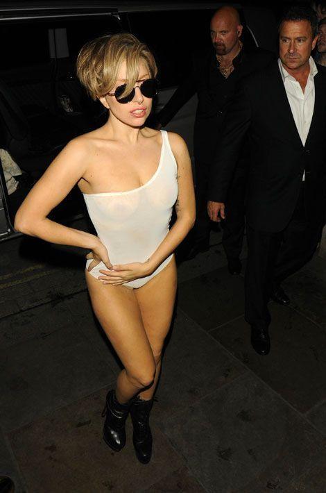 La chanteuse Lady Gaga sort en boîte de nuit dans un body transparent à Londres, le 1er septembre 2013