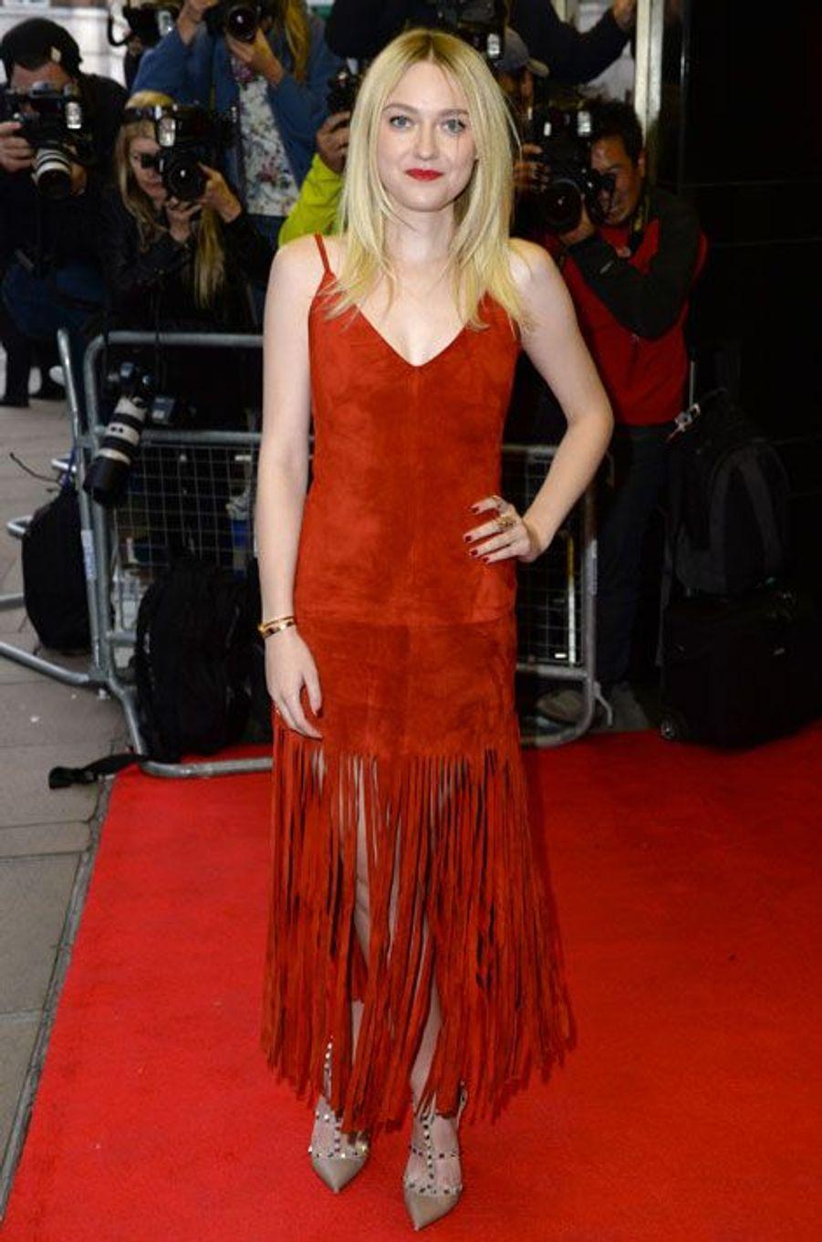 """La jeune actrice Dakota Fanning en Valentino, lors de la première du film """"Effie Gray"""", à Londres, le 5 octobre 2014"""