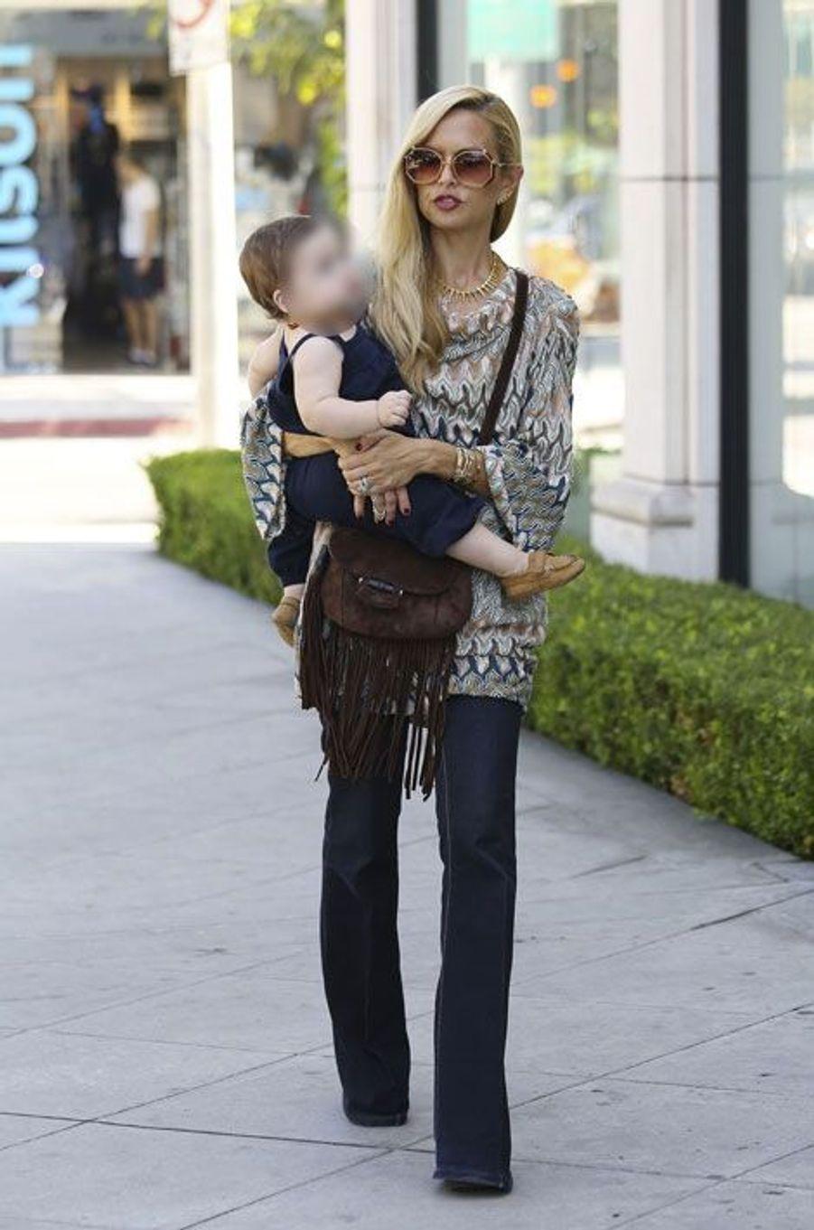 La styliste Rachel Zoe lors d'un déjeuner avec son fils à Los Angeles, le 13 octobre 2014