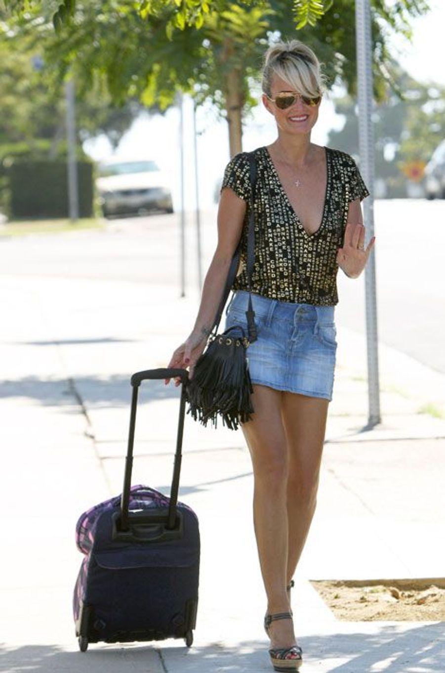 Laeticia Hallyday et son sac à franges pour emmener sa fille à l'école, le 12 septembre 2014 à Los Angeles