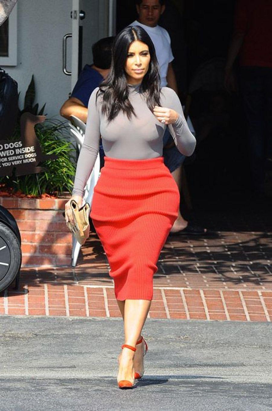 La star de la téléréalité, Kim Kardashian, décline même la maille en jupe crayon, à Los Angeles, le 20 octobre 2014