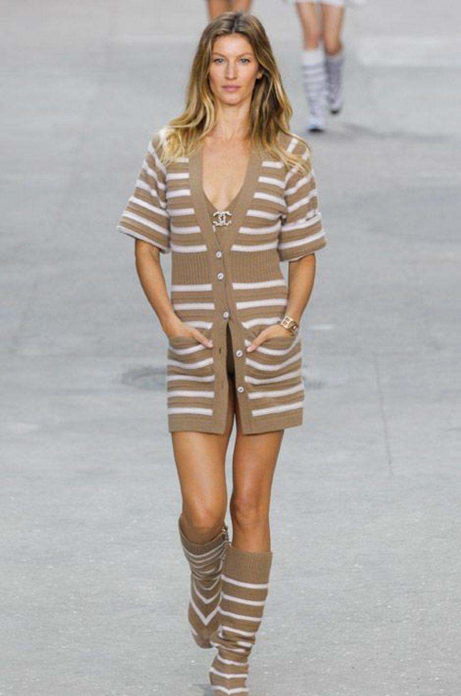 Le mannequin Gisele Bündchen défile pour la collecton été 2015 de Chanel, à Paris, le 30 septembre 2014