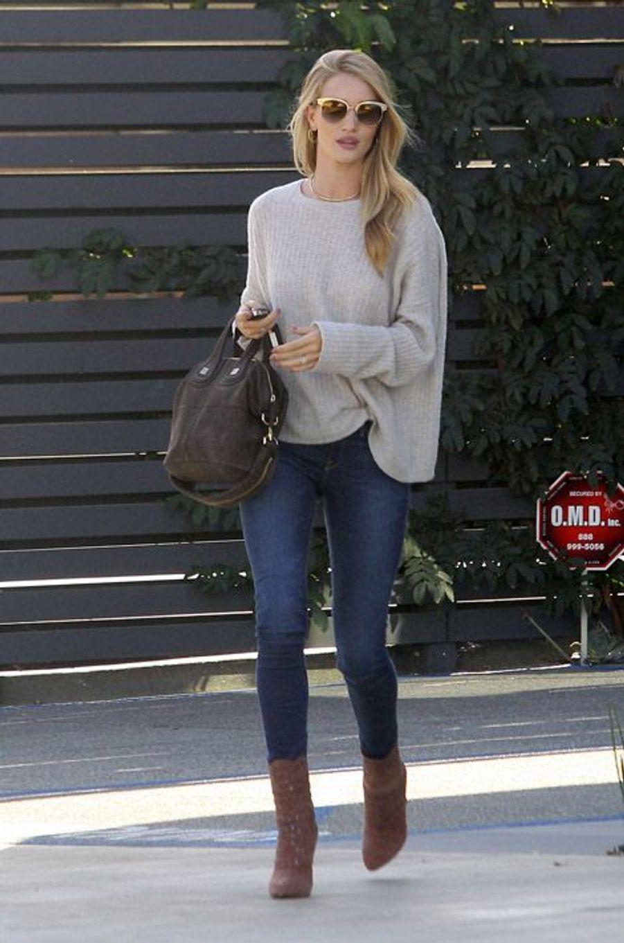 Le mannquin Rosie Huntington-Whiteley à Los Angeles, le 27 octobre 2014