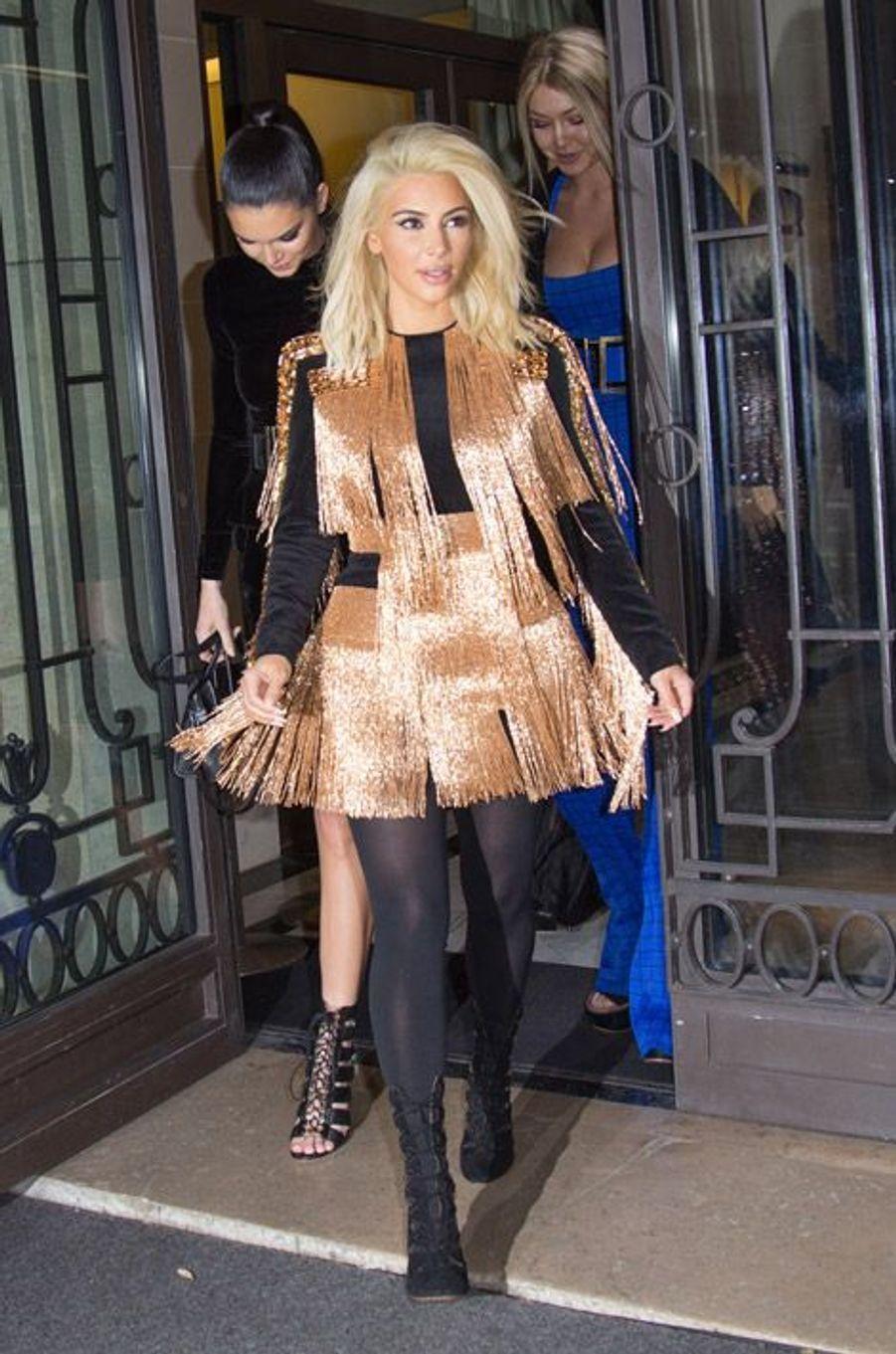 Kim Kardashian en Balmain sort de son hôtel à Paris, le 5 mars 2015