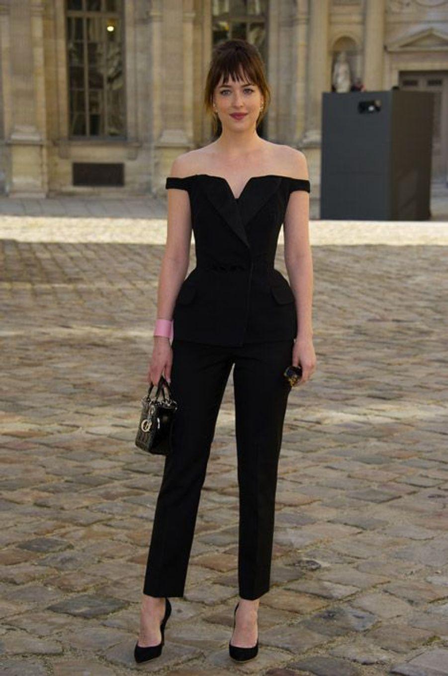 L'actrice américaine Dakota Johnson et fille de Melanie Griffith avant le défilé Dior à Paris, le 6 mars 2015