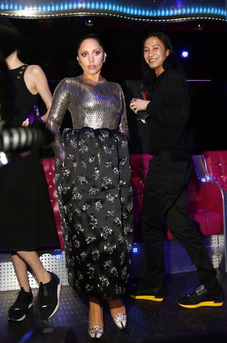 Lady Gaga scintillante à l'after show Balenciaga aux côtés du créateur Alexander Wang, à Paris, le 6 mars 2015