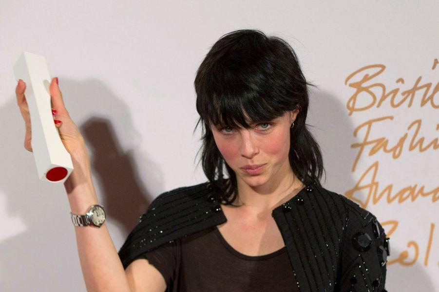 L'Anglaise a été nommée mannequin de l'année par le British Fashion Awards. A 23 ans, elle a déjà travaillé pour Alexander McQueen,Vuitton, Dior, Marc Jacobs,Saint Laurent, Lanvin, etKarl Lagerfeld.
