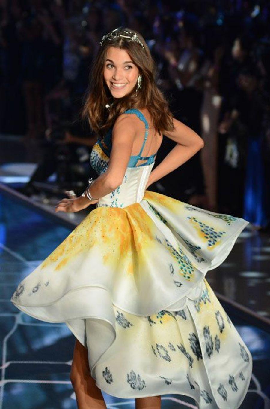 2015 a été une année prolixe en nouveaux talents qui ont émergé dans le monde de la mode. Hormis les éternelles Gisele Bündchen et Adriana Lima, les nouvelles venues ont pris d'assaut les podiums les plus prisés: Kendall Jenner et les soeurs Gigi et Bella Hadid ont été incontournables cette année. A vous d'attribuer une à cinq étoiles aux mannequins, femmes et hommes, qui ont pour vous marqué 2015. Kendall Jenner: Issue du clan Kardashian-Jenner, elle a réussi à se faire un prénom malgré son imposante famille -et le changement de sexe de son père, Bruce devenu Caitlyn Jenner. Favorite, entre autres, d'Olivier Roustaing, elle était également sur les podiums Chanel et Givenchy. Gigi Hadid: Elle aussi sortie d'une famille puissante de Hollywood, avec une maman star de la téléréalité, la belle Gigi a fini l'année en beauté en étant nommée égérie de la marque Tommy Hilfilger. Bella Hadid: Petite soeur de Gigi, elle a aussi défilé pour Balmain tout en faisant sensation dans le domaine privé en sortant avec le chanteur The Weeknd, révélation de l'année. Gisele Bündchen: Impossible de ne pas voir la Brésilienne cette année. Même sielle a raccroché les talonspour les podiums, elle demeure égérie Chanel -et mannequin le mieux payé de l'année, triplant les revenus de sa dauphine Cara Delevingne. Karlie Kloss: Egérie L'Oréal et étudiante, la jeune femme était de tous les podiums. Adriana Lima: Ange éternel de la marque Victoria's Secret, la Brésilienne figurait également dans le top 5 des mannequins les mieux payés. Jourdan Dunn: La sublime Britannique a été élue mannequin de l'année par le British Fashion Council, une véritable reconnaissance. Ilona Smet: Avec un top model comme maman (Estelle Lefébure) et un chanteur lui-même enfant de star (David Hallyday), il était difficile pour Ilona de ne pas percer. Elle a même posé pour une campagne avec sa mère. Stella Maxwell: Nommée Ange du défilé Victoria's Secret, elle a également défié la chronique en sortant brièvement avec Mile