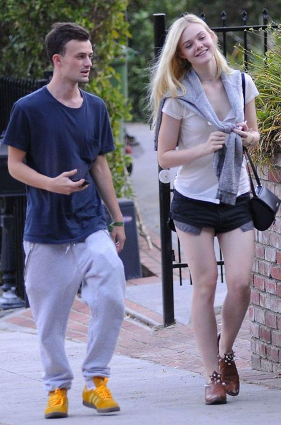 La jeune actrice Elle Fanning en compagnie de son petit-ami à Los Feliz, en Californie, le 30 août 2014