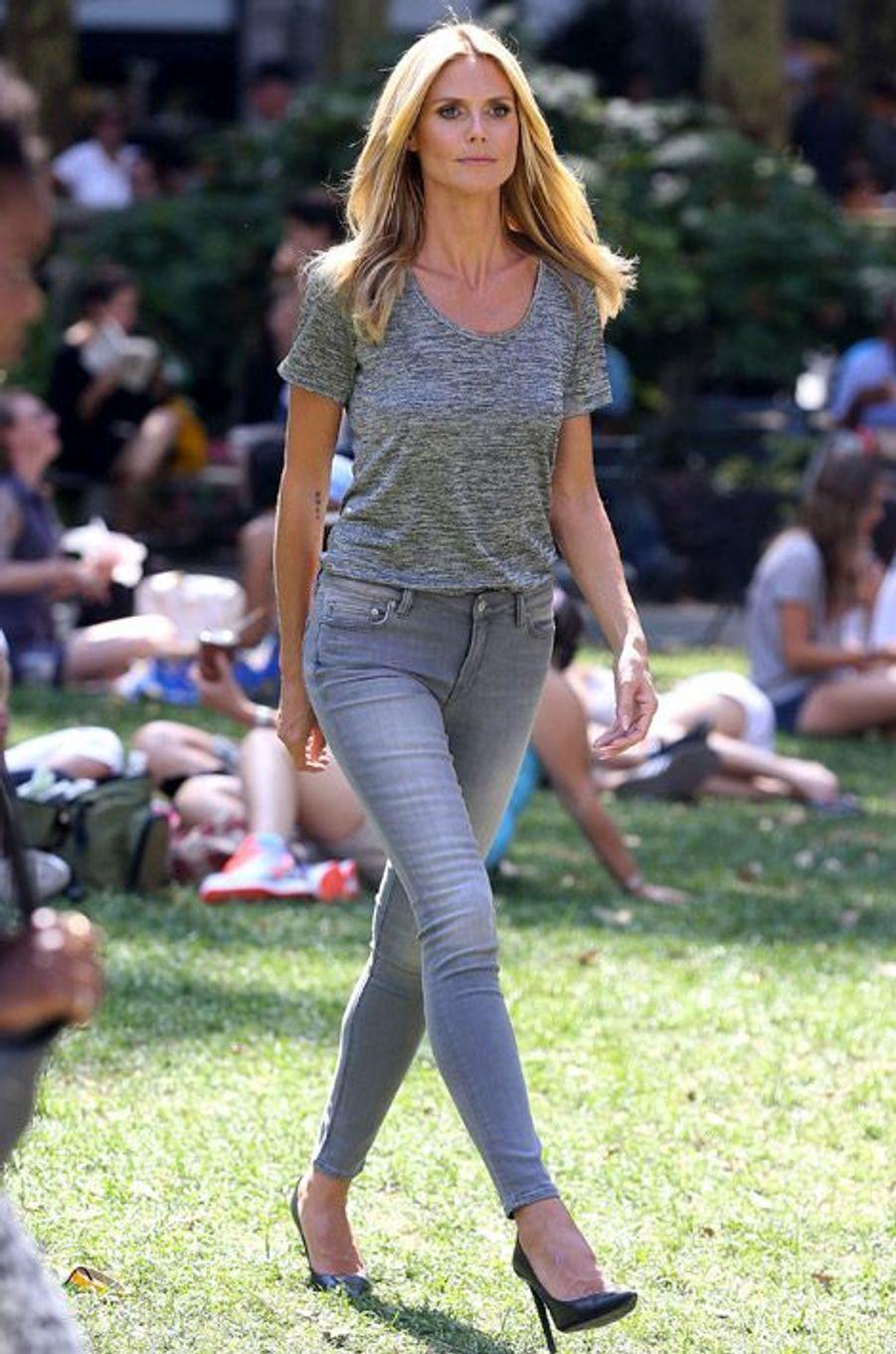 Le top model Heidi Klum sur un tournage à New York, le 27 août 2014
