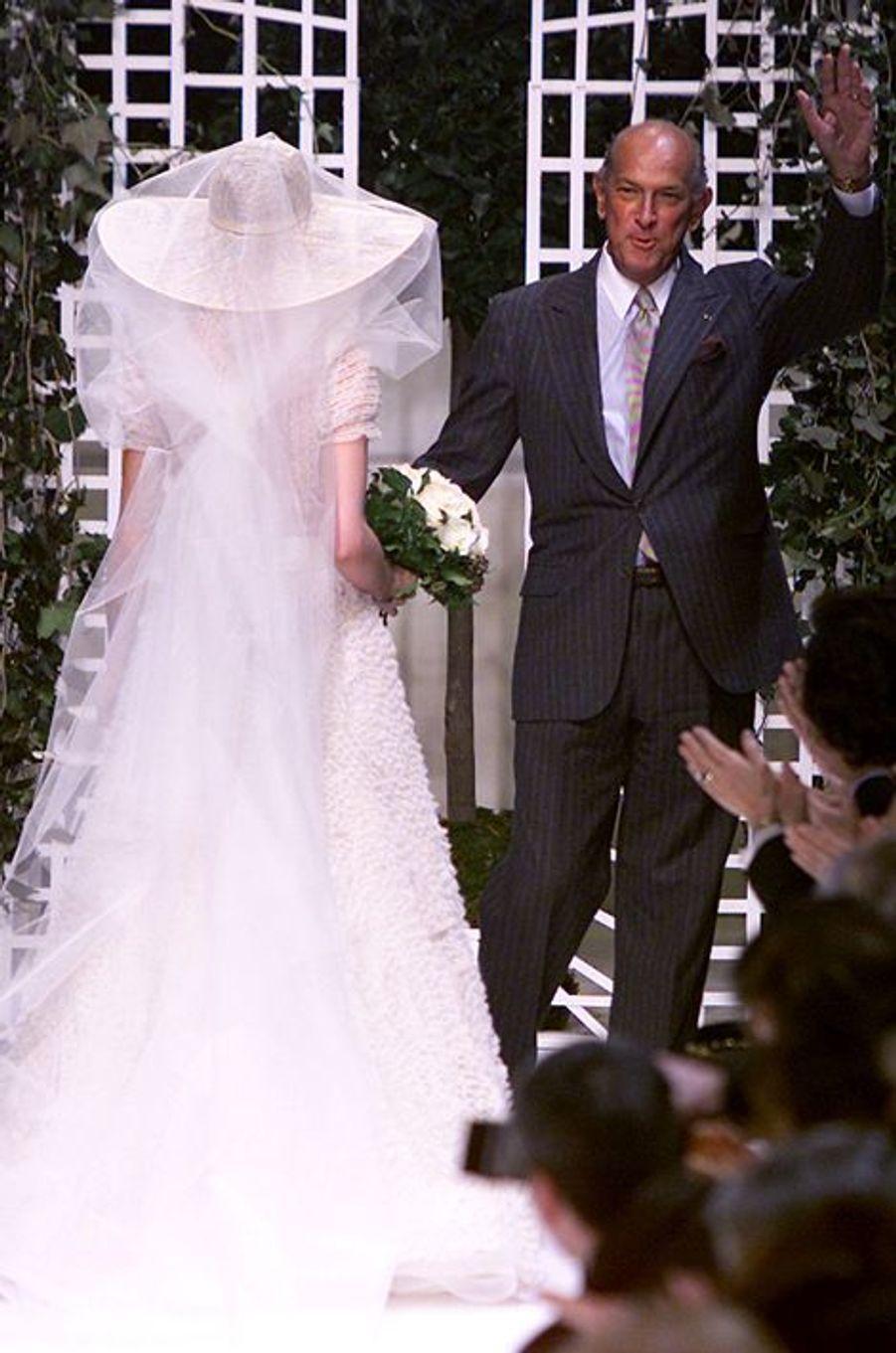 Une création d'Oscar de la Renta présentée en janvier 2002