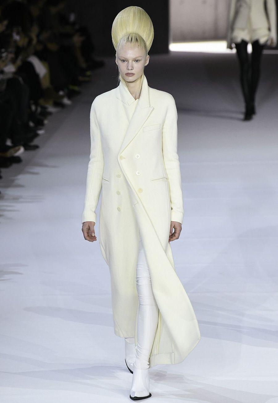 Haider Ackermann a présenté sa dernière collection de prêt-à-porter automne-hiver pour sa marque éponyme auThéâtre National de Chaillot à Paris le 29 février 2020.