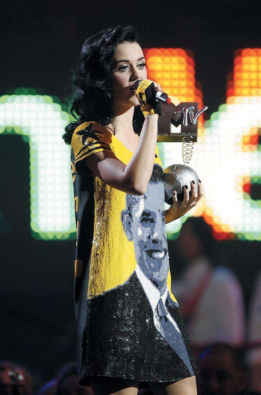 En 2009, Katy Perry porte une robe créée par Jean-Charles de Castelbajac avec le visage de Barack Obama en sequins.