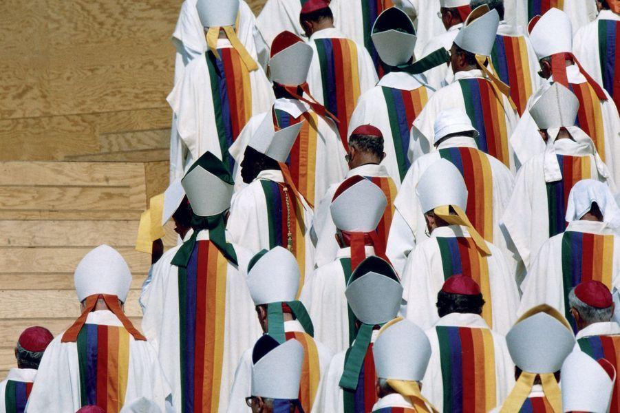 En juillet 1997, Jean-Charles de Castelbajac habille le Pape et 5500 membres du clergé à l'occasion des Journées mondiales de la jeunesse à Paris.