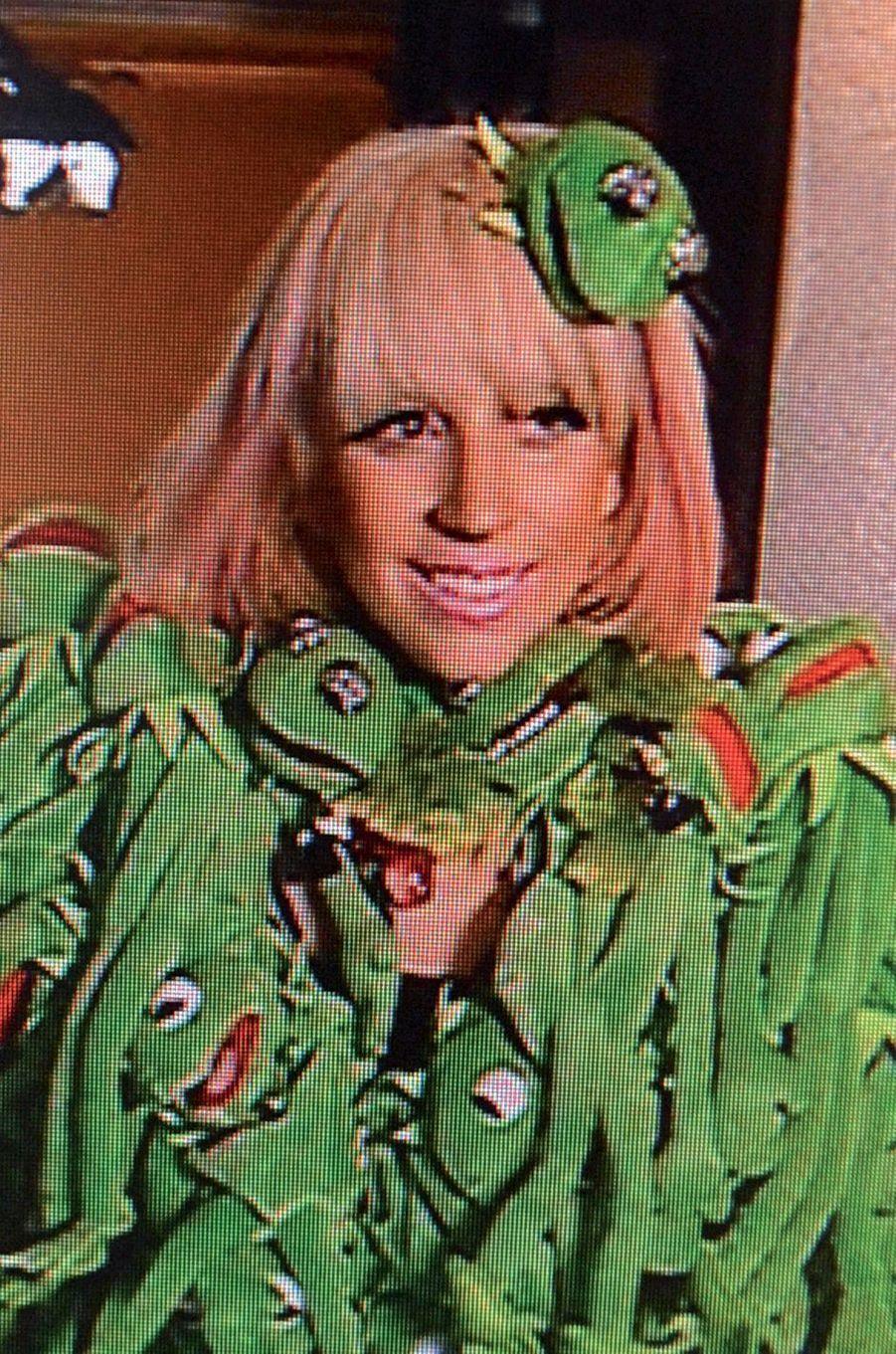 Lady Gaga en manteau grenouilles.