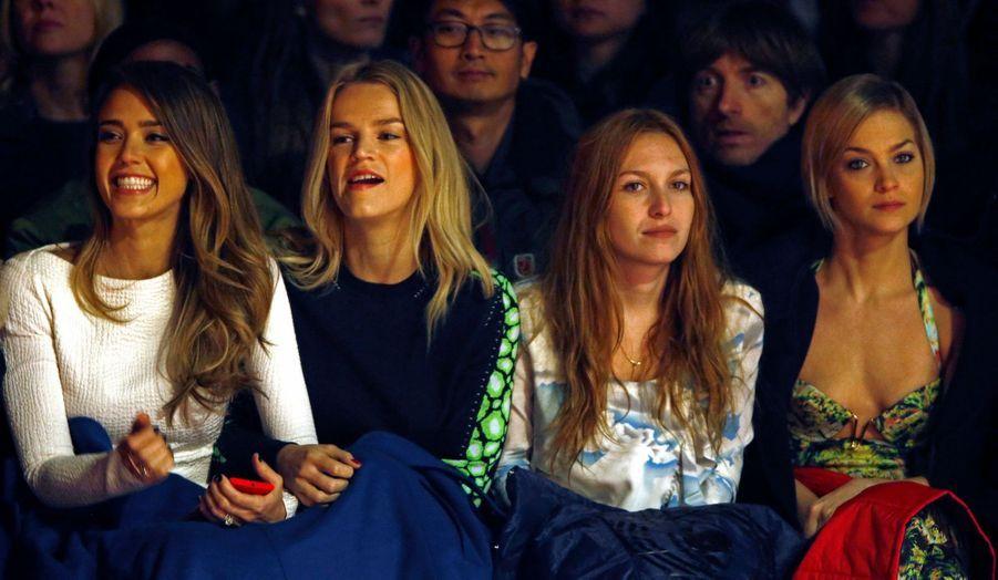 L'actrice Jessica Alba est à Paris pour assister à quelques défilés de la Fashion Week. Samedi, elle était au premier rang chez Kenzo, aux côtés d'une amie, de l'actrice Joséphine de la Baume et de la DJette Leigh Lezark. Les stars étaient également nombreuses pour la présentation de la collection Prêt-à-porter Automne-Hiver 2013-2014 de la maison Dior, avec en tête d'affiche les égéries de la marque, Marion Cotillard et Mélanie Laurent.