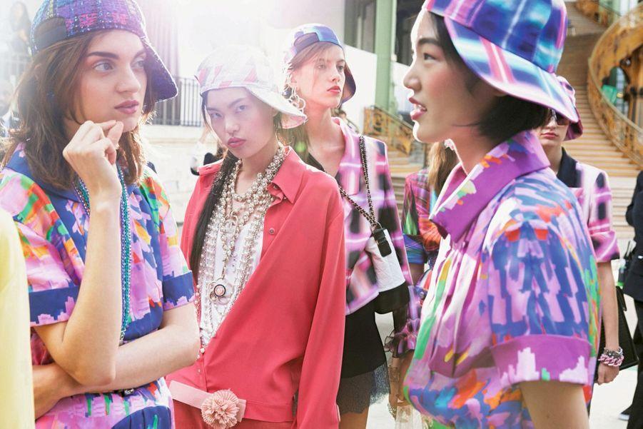 Chanel : Les beaux jours selon la maison : motifs numériques et insolence urbaine d'une casquette vissée sur le côté.