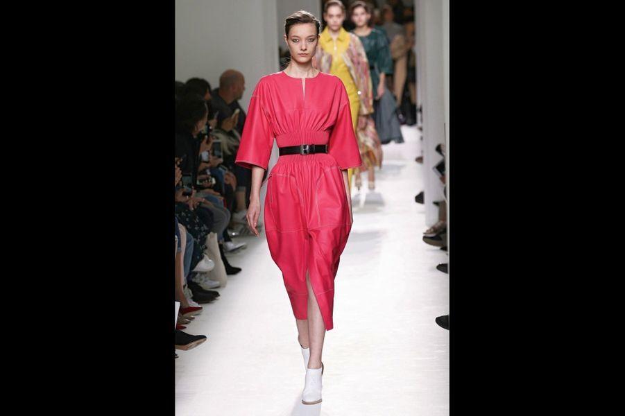 Hermès : Formes souples, taille appuyée et rose framboise : une allure élégante et facile à vivre pour un savoirfaire d'exception.