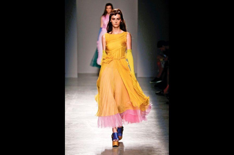 Rochas : Du jaune solaire au rose crépusculaire : avec ses plis, ses dentelles, ses drapés et ses volants, le printemps se vit de jour comme de nuit.
