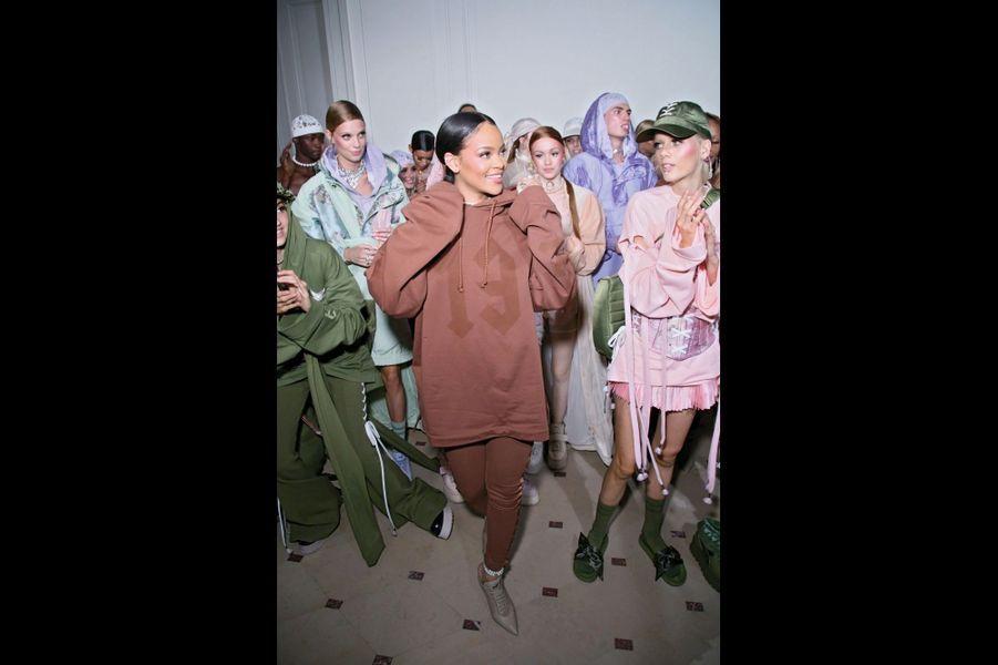 Fenty Puma par Rihanna : La chanteuse aux yeux lagon présente pour la deuxième fois sa collection printemps-été créée pour la marque à la panthère. Son pari : greffer sur un style XVIIIe les codes de la mode urbaine.