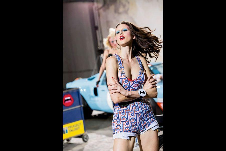Yazbukey : Des pétroleuses sexy maquillées comme des camions volés : ce n'est pas un hasard si la créatrice turque présente sa collection « Fuel Injection » dans un garage ! Avec leurs couleurs pétaradantes, ses pin-up pop, ici Anna Cleveland, font exploser le compteur.