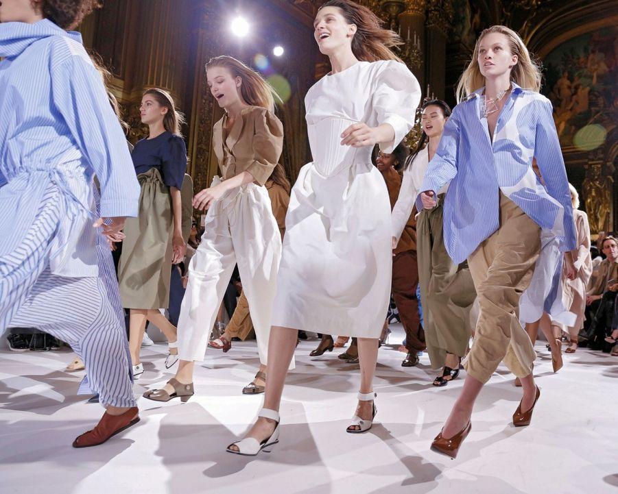 Stella McCartney : A l'Opéra Garnier, elles dansent plus qu'elles ne défilent. Du blanc, du beige, du bleu : rien de superflu chez la créatrice britannique qui milite pour une mode eco-friendly, dont le cuir est exclu.