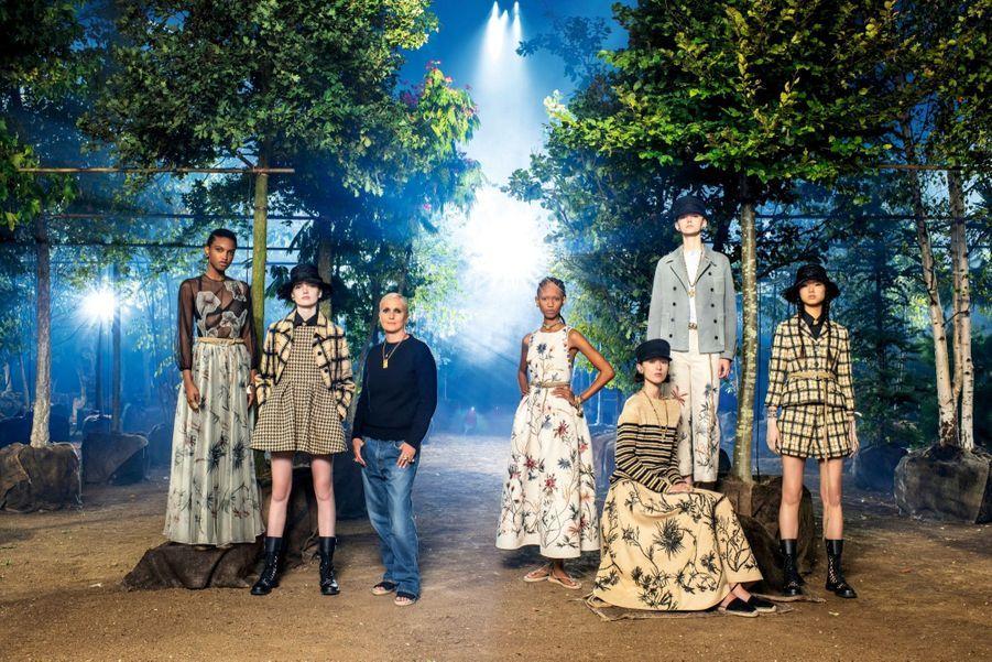 Dior : à l'ombre des jeunes filles en fleurs.Maria Grazia Chiuri et ses modèles à l'hippodrome de Longchamp où a été reconstituée une forêt de 160 arbres, décor du défilé printemps-été 2020. Ils seront replantés à Paris et dans ses alentours