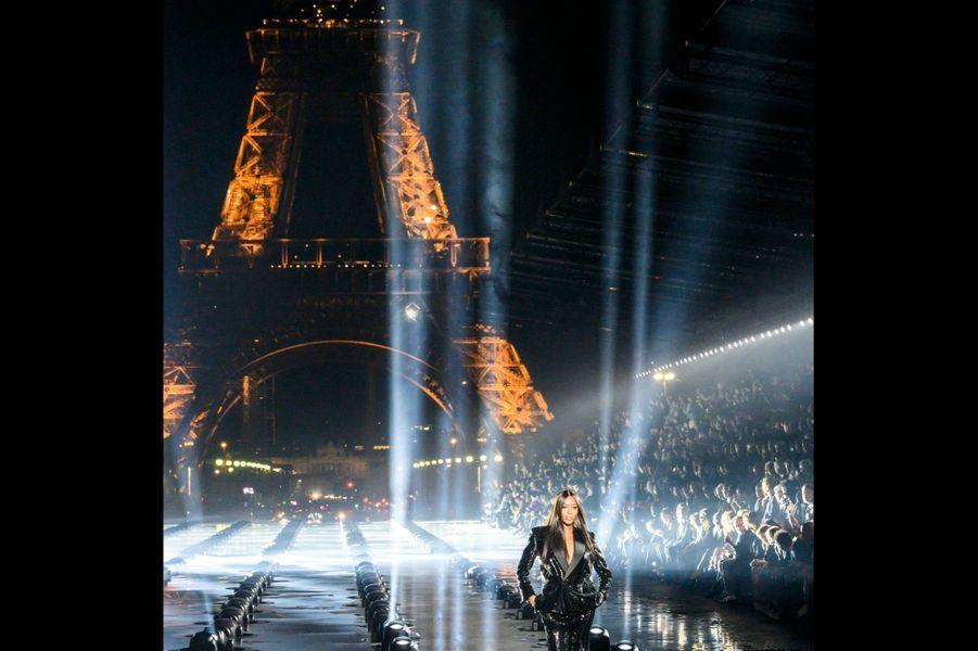 Saint Laurent : Son premier défilé pour Monsieur Saint Laurent date de 1988. Cette année, la panthère Naomi a accepté, pour Anthony Vaccarello, de reprendre le flambeau sous les lumières de la tour Eiffel.